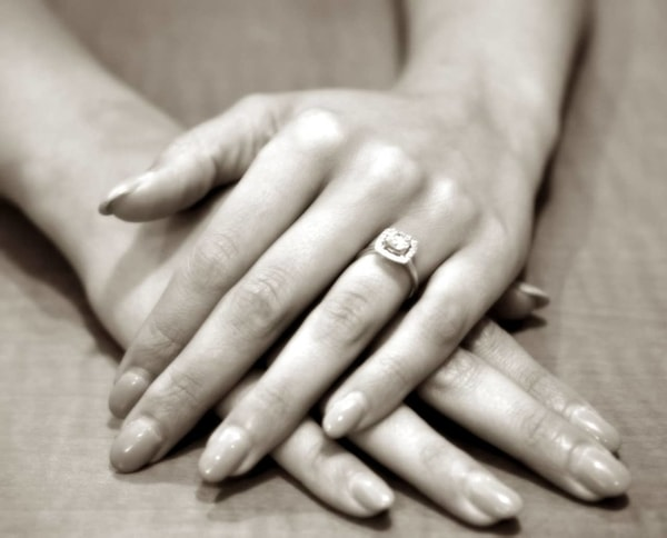 जानिए अपने हाथ के आकार के लिए कैसे चुने Engagement  रिंग