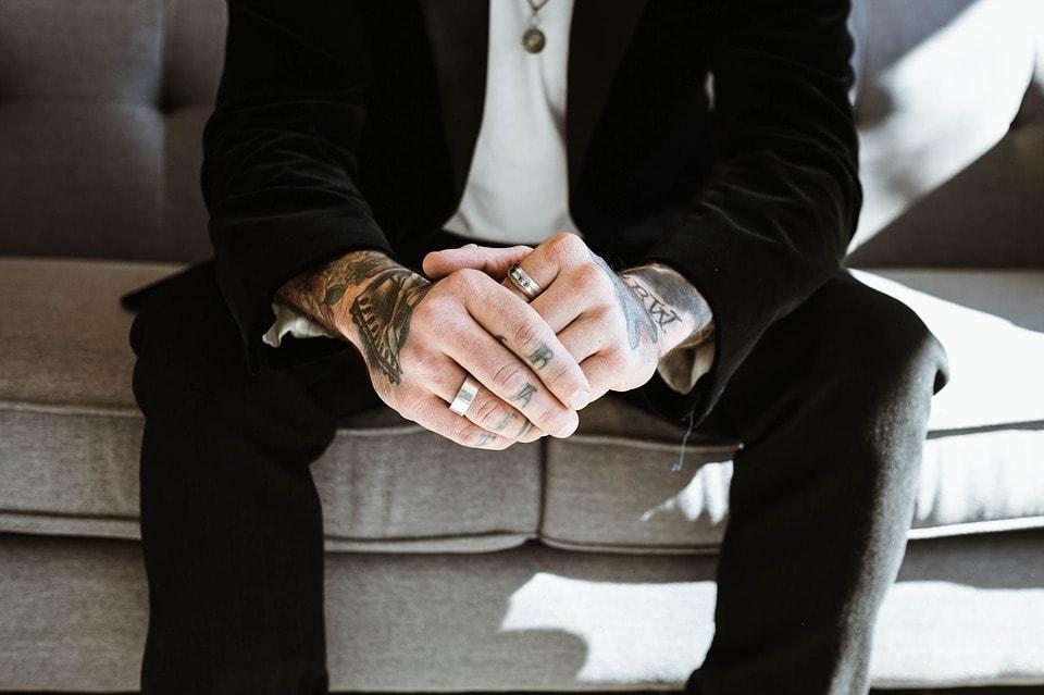 6 MEILLEURS ARTICLES DE BIJOUX POUR HOMME ET COMMENT LES ARRACTER