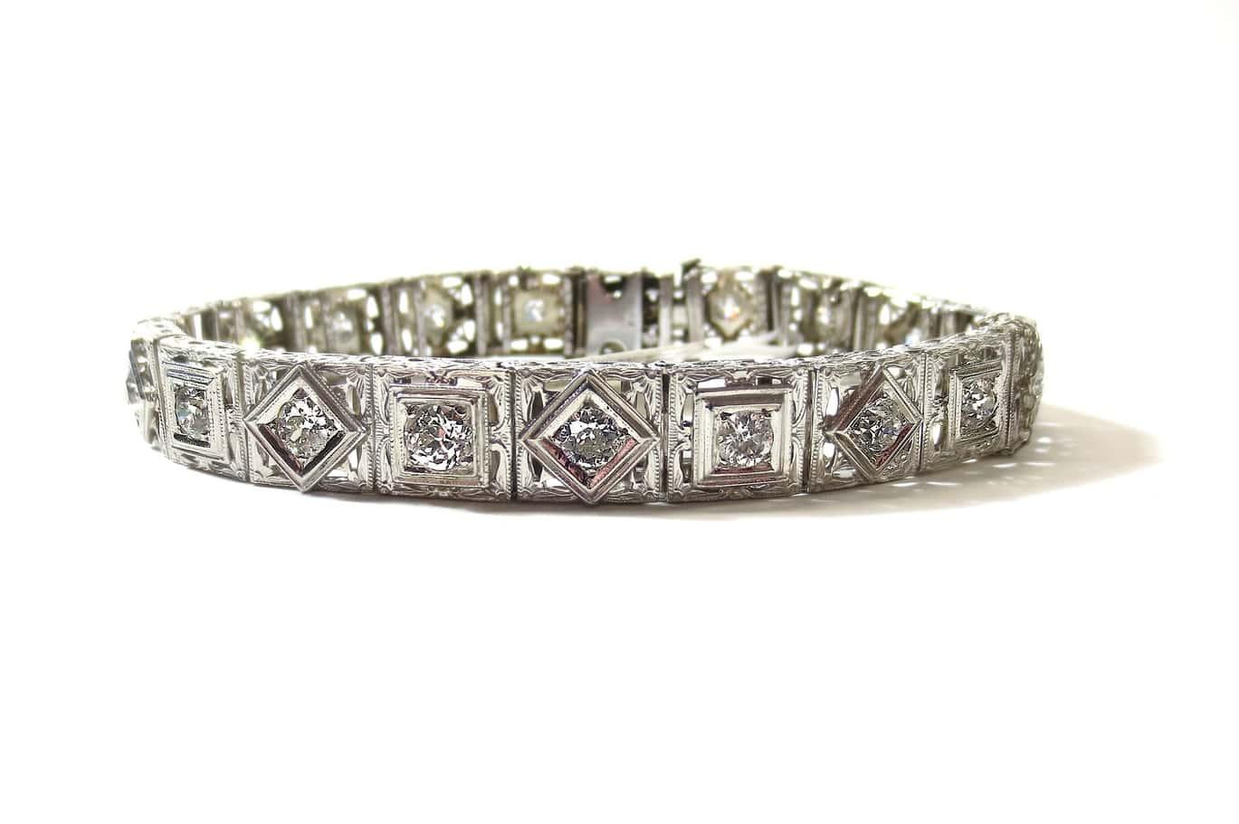 Restez chic et élégant pour toujours avec des bijoux en platine
