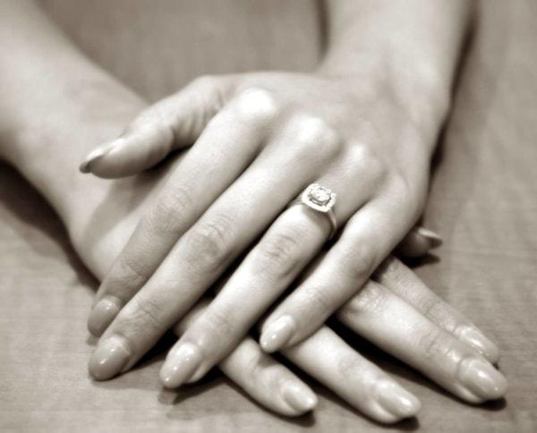 CHOISIR UN ANNEAU DE Fiançailles pour votre main